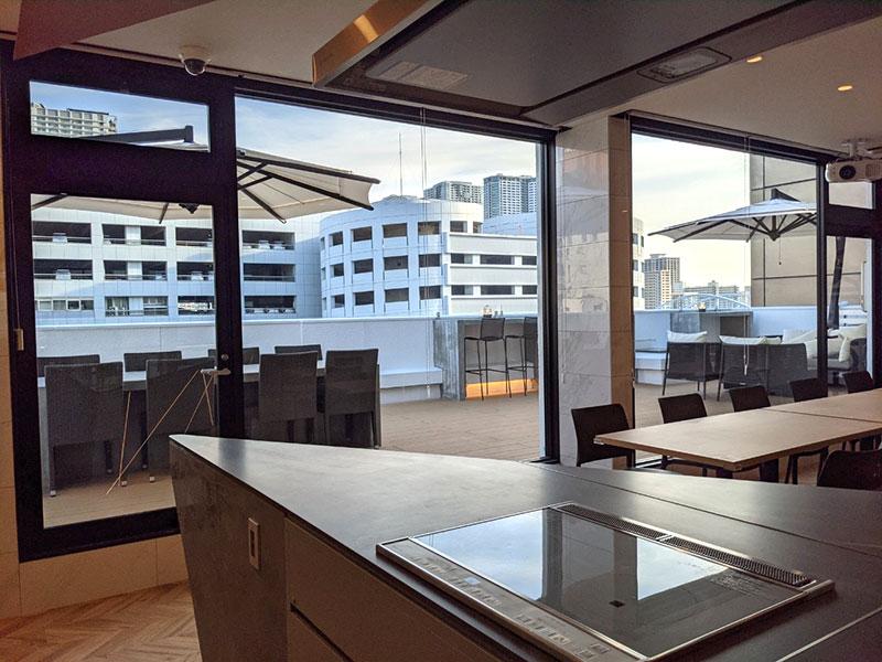 アースキッチン築地のキッチンからテラスを見た時の風景写真